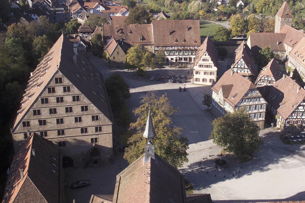 Luftbild des Wirtschaftshofs des Klosters Maulbronn mit Fruchtkasten; Foto: Staatliche Schlösser und Gärten Baden-Württemberg, Arnim Weischer