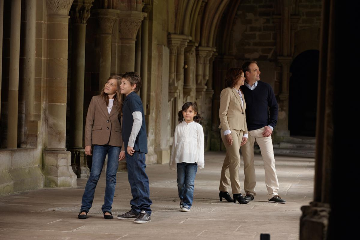 Visiteurs dans le cloître du monastère de Maulbronn