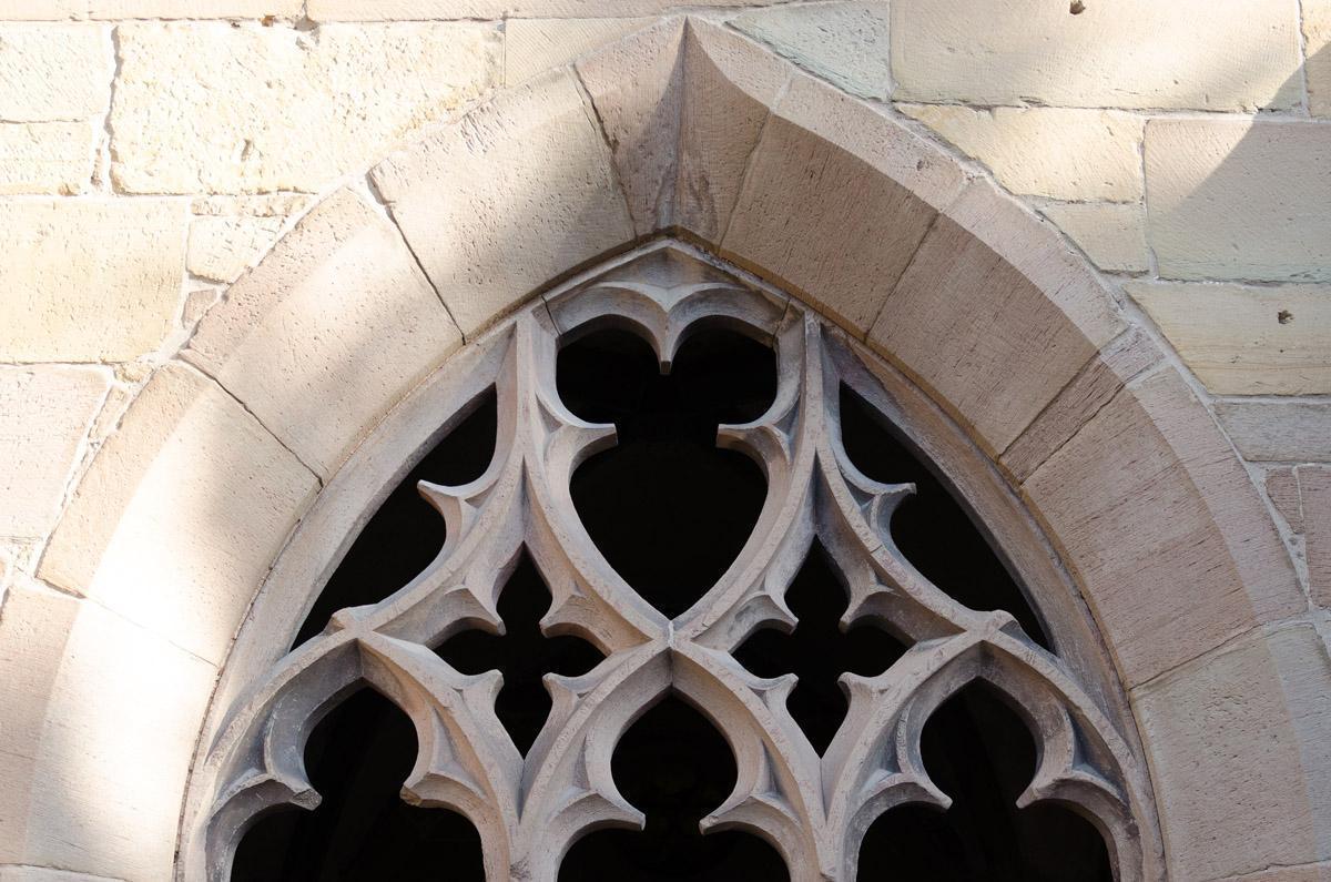 Spitzbogenfenster im Kreuzgang von Kloster Maulbronn; Foto: Staatliche Schlösser und Gärten Baden-Württemberg, Julia Haseloff