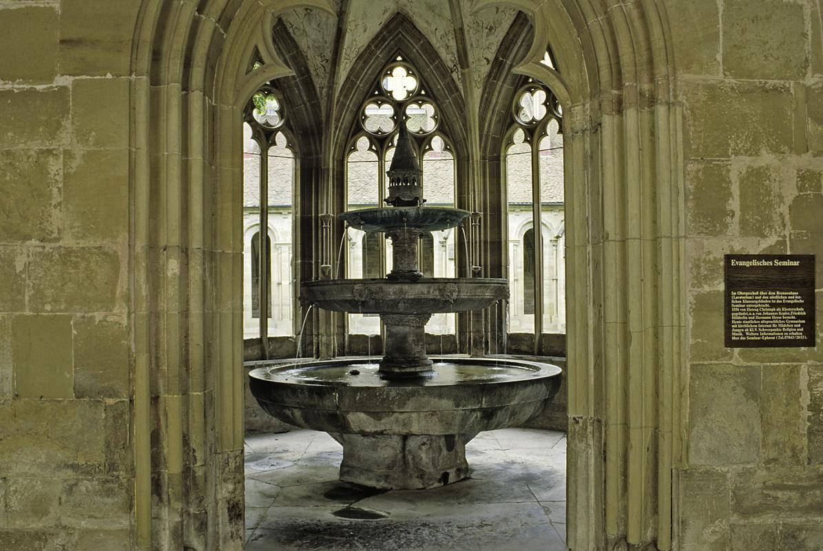 Dreistufiger Brunnen im Brunnenhaus von Kloster Maulbronn; Foto: Staatliche Schlösser und Gärten Baden-Württemberg, Arnim Weischer