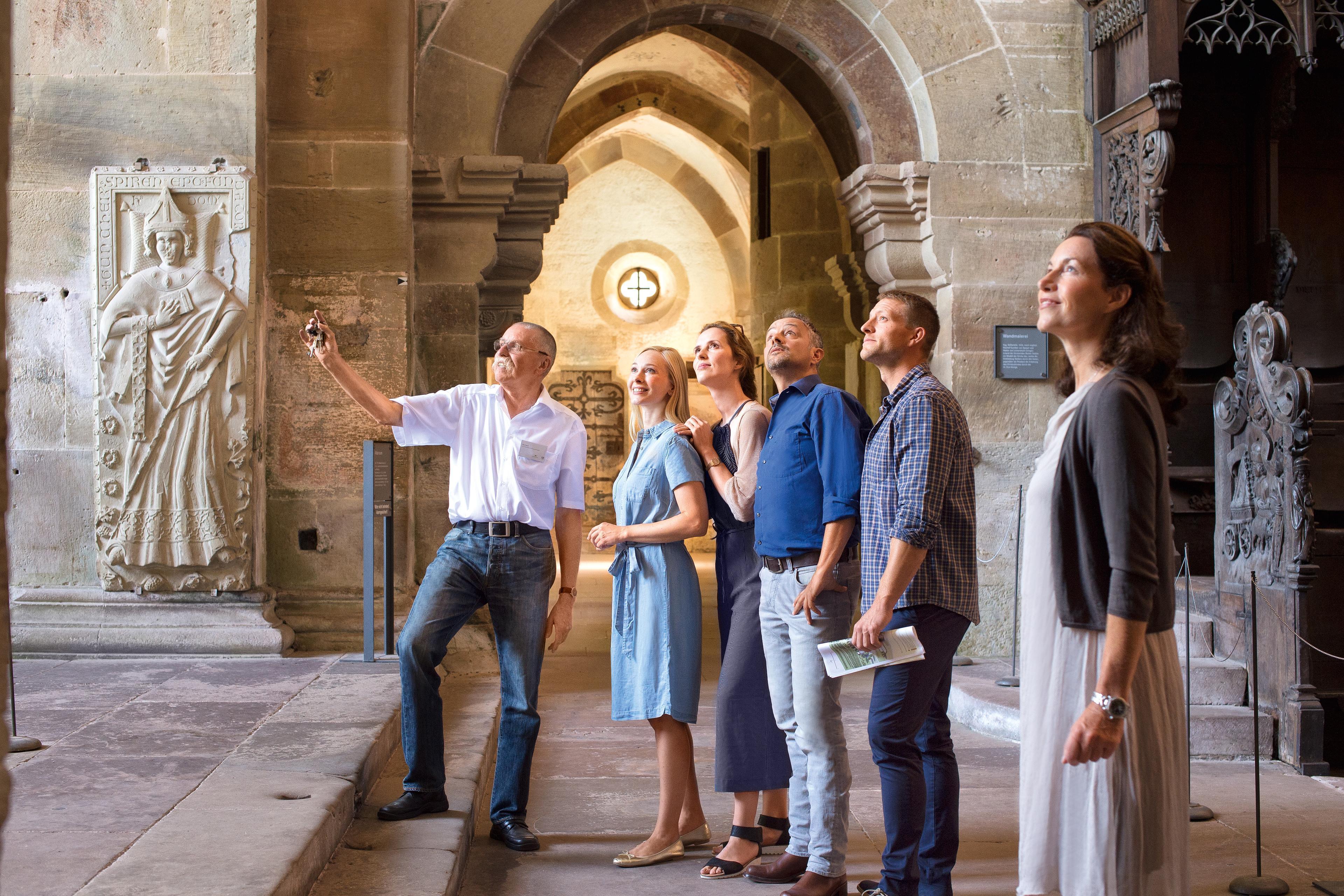 Besucher bei einer Führung durch das Kloster Maulbronn
