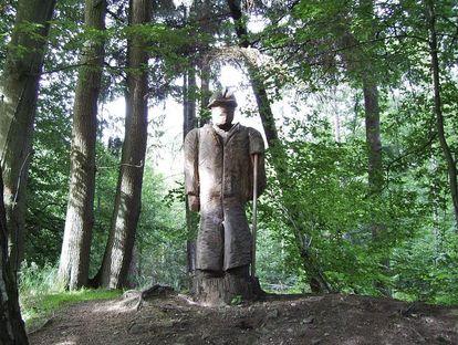 27_maulbronn_aussen_eppinger-linien_holzskulptur_foto-wikimediacommons-gemeinfrei.JPG