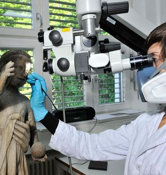 Restorer Magdalena Schlesinger at work on the Madonna. Image: Staatsanzeiger für Baden-Württemberg, credit unknown