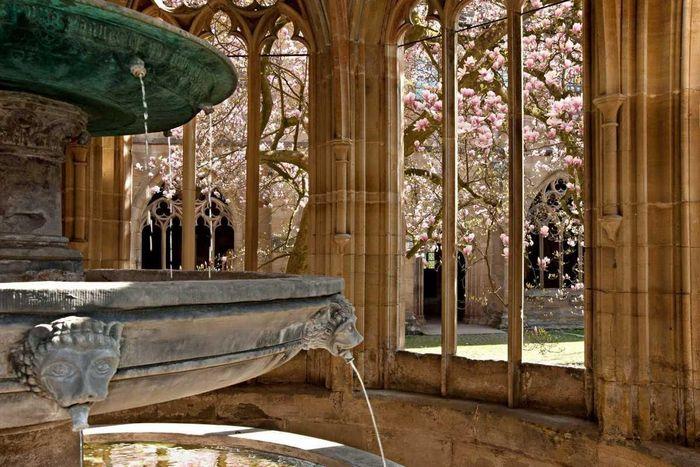 Fontaine à trois bassins dans la chapelle de la fontaine du monastère de Maulbronn