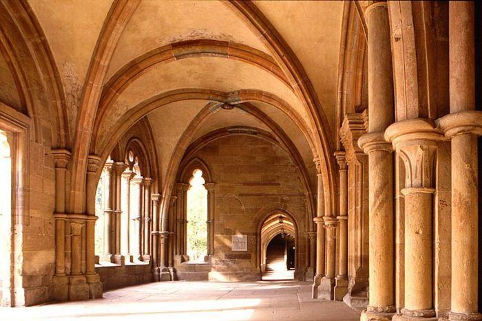 """Innenansicht der frühgotischen Vorhalle der Klosterkirche Maulbronn (""""Paradies"""")"""