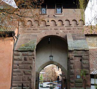 Westliches Haupttor der Klosteranlage Maulbronn mit rundbogiger Einfahrt; Foto: Staatliche Schlösser und Gärten Baden-Württemberg, Julia Haseloff
