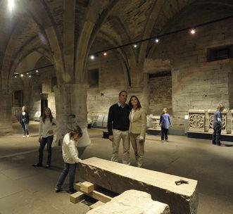 Ausgestellte Steinmetzarbeiten im Cellarium des Klosters Maulbronn