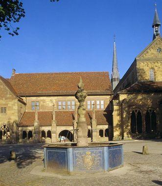 Klosterhof von Kloster Maulbronn mit Brunnen; Foto: Staatliche Schlösser und Gärten Baden-Württemberg, Arnim Weischer